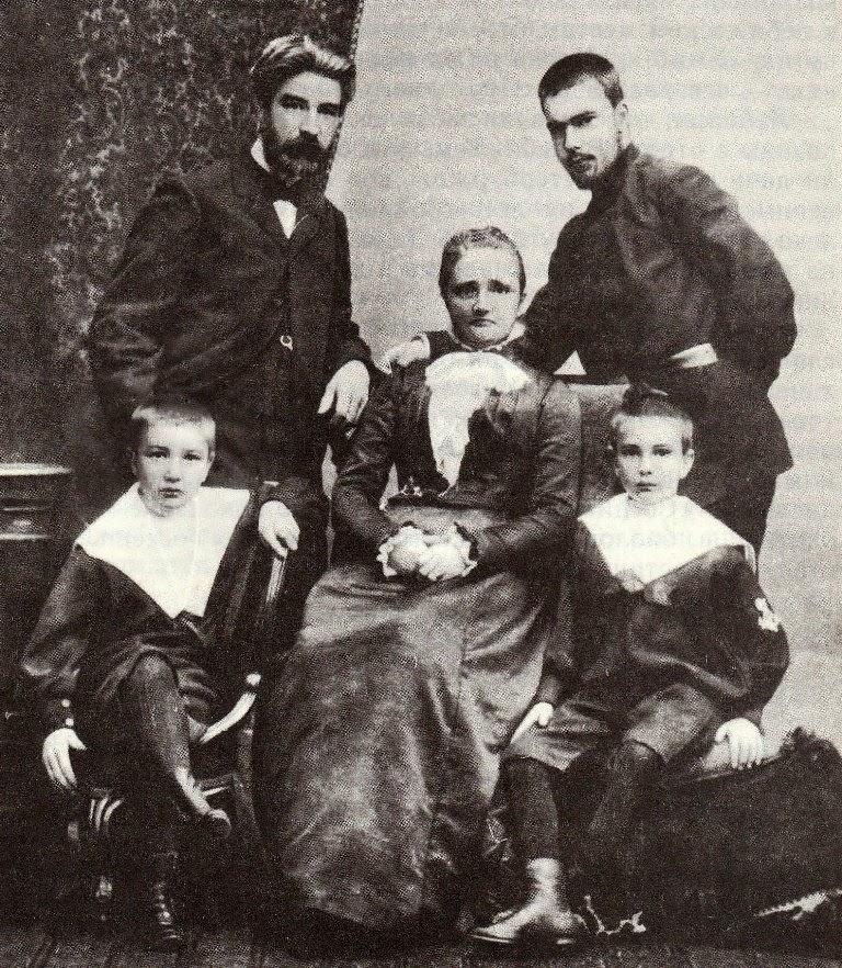 Виталий Бианки в детстве с родителями и братьями
